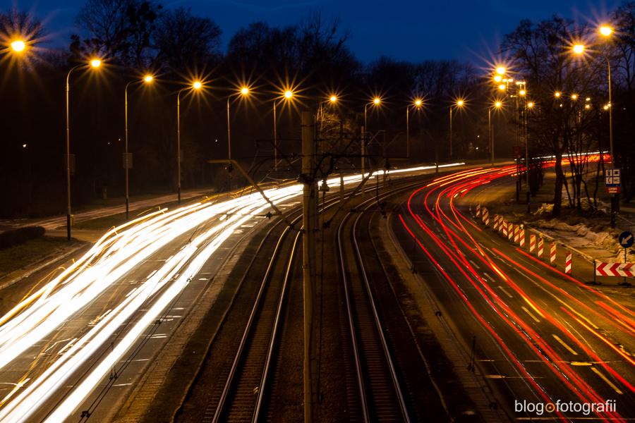 Smugi świateł samochodów